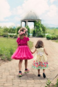 little-girls-walking-773024_1280